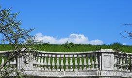 Balustrada na tle zielona trawa Zdjęcia Royalty Free