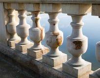 Balustrada obok ogrodowego jeziora obraz royalty free