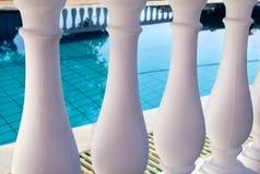 Balustrade classique de piliers blancs avec la piscine vide Image stock
