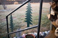 Balustrade de pin d'escalier avec le bois de chauffage photographie stock