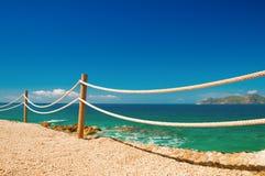 Balustrade de rampe sur la mer Méditerranée marine de Moraira de corde et en bois Image libre de droits