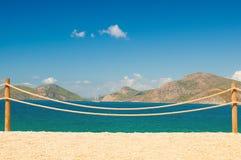 Balustrade de rampe sur la mer Méditerranée marine de Moraira de corde et en bois Photos libres de droits