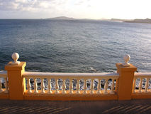 Balustrade die aan het overzees kijkt Royalty-vrije Stock Foto