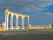 Balustrade, die das Meer übersieht Stockfotografie