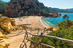 Balustrade en bois en plage de Li Cossi Images stock