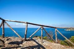 Balustrade en bois sur la côte de la mer Méditerranée Image libre de droits