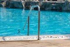 Balustrade en métal d'une piscine extérieure vide photographie stock
