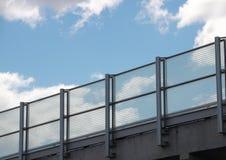 Balustrade en métal et en verre avec le ciel bleu dans la perspective Photographie stock libre de droits