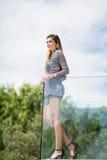 Balustrade en verre se tenante prêt de femme magnifique au balcon images libres de droits