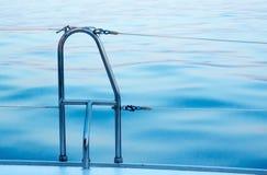 Balustrade et eau de bateau Photographie stock