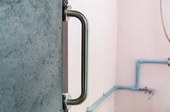 Balustrade installée à la porte de salle de bains Photographie stock