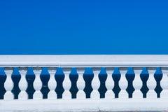 Balustrade op blauw stock foto's