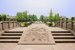 Balustraded облицовывает мост выбитый с дизайнами дракона в солнечном s Стоковые Фото
