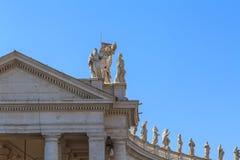Balustraden och kolonnaden på den St Peter `en s kvadrerar i Rome Arkivfoto
