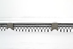 Balustraden på invallningen på det vita insnöat vintern Arkivbilder