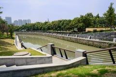 Balustrader längs floden i solig sommar arkivfoto