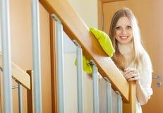 Balustrades de saupoudrage de femme à la maison image stock