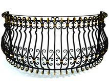 Balustrades en fer forgé pour un balcon rond dans le noir décoré des insertions d'or d'isolement sur le blanc 3d rendent Illustration Libre de Droits