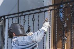 Balustrades en métal de soudure de travailleur sur les escaliers l'ukraine Photographie stock libre de droits