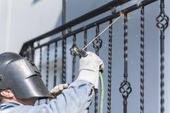 Balustrades en métal de soudure de travailleur sur les escaliers l'ukraine Photo libre de droits