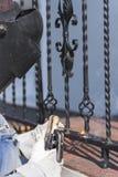 Balustrades en métal de soudure de travailleur sur les escaliers l'ukraine Image stock