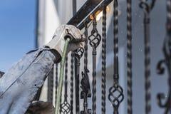 Balustrades en métal de soudure de travailleur sur les escaliers l'ukraine Images stock