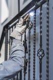 Balustrades en métal de soudure de travailleur sur les escaliers l'ukraine Image libre de droits