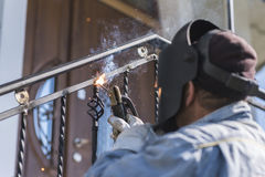 Balustrades en métal de soudure de travailleur sur les escaliers l'ukraine Photo stock