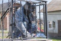 Balustrades en métal de soudure de travailleur sur les escaliers l'ukraine Photos stock