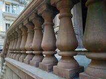 Balustrades van bruine steen bij brownstone ingang op een rij worden gemaakt die stock afbeelding