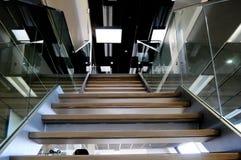 balustradexponeringsglastrappa arkivfoto