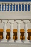 Balustres blancs sur les milieux jaunes et bleus photographie stock libre de droits
