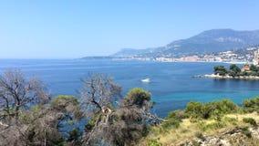 Balzi Rossi海湾在文蒂米利亚用与芒通的在背景的意大利语里维埃拉和盖帽马丁 股票录像