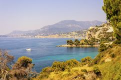 Balzi Rossi海湾在文蒂米利亚用与芒通的在背景的意大利语里维埃拉和盖帽马丁 库存图片