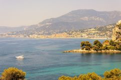 Balzi Rossi海湾在文蒂米利亚用与芒通的在背景的意大利语里维埃拉和盖帽马丁 库存照片