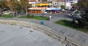 Balzi sopra la baia di Pomorian nel Mar Nero Bulgaria archivi video
