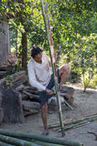 Bambù di taglio dell'uomo Immagini Stock