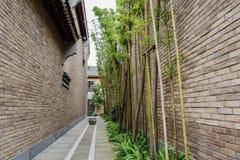 Bambù in vicolo fra le costruzioni cinesi di taditional Fotografia Stock