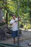 Bambú del corte del hombre Imágenes de archivo libres de regalías