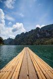 Bambú que transporta en balsa en el agua, presa de Ratchaprapha, Tailandia Foto de archivo