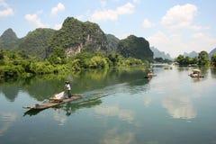 Bambú que transporta en balsa en el Li-río, Yangshou, China Imagen de archivo