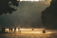 Bambú que transporta en balsa en el río con luz del sol Fotografía de archivo