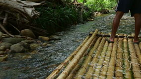 Bambú que transporta en balsa en Khao Lak almacen de metraje de vídeo