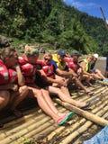 Bambú que transporta en balsa en los ríos del Fijian Imagenes de archivo