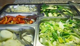 Bambú y cebolla en las cacerolas de la comida fría en restaurante asiático Fotografía de archivo