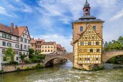 Bamberg, Allemagne Vieux hôtel de ville (1461) et caporal à colombage House sur une île artificielle photos stock