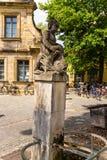 Bamberg, Deutschland Der alte Brunnen mit einer Statue auf der Ufergegend morgens Cranen Lizenzfreies Stockfoto