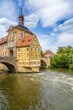 Bamberg Gammalt stadshus ( 1461) , ' Korpral House' ( 1668) och övrebron ( 1453) arkivbilder