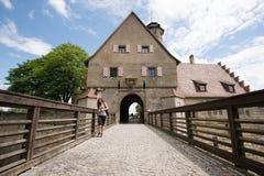 Bamberg Tyskland - Juni 04, 2016: Flicka som går ner bron f Arkivbilder