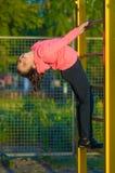 Bambina in abiti sportivi sul campo da giuoco Immagini Stock